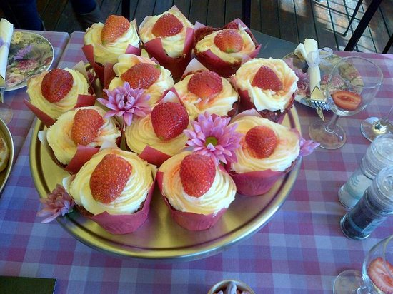 Cafe Bree: Strawberry Cupcakes