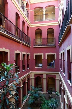 Iberostar Malaga Playa: Weg zu den Zimmern - Innenhof