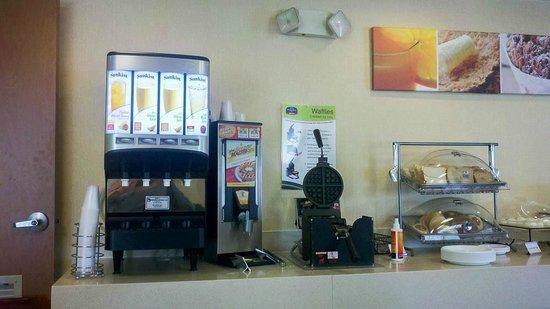 Fairfield Inn Boston Tewksbury/Andover: Juice, U-Make Waffles, Breads