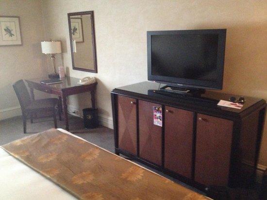 Benson Hotel: Nice tv