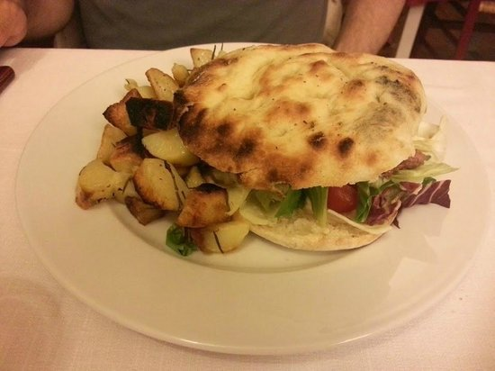 Pizzeria Braceria La Via Francigena: Ottimo hamburger e ottime patate arrosto!