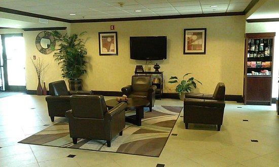 Ramada La Vergne: Lobby area.
