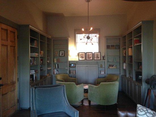 Sage Hill Inn Above Onion Creek: Library