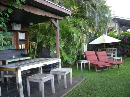 Paia Inn: Picnic Area by Private Beach