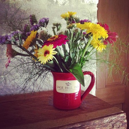 Sage Hill Inn & Spa: Fresh flowers in our room