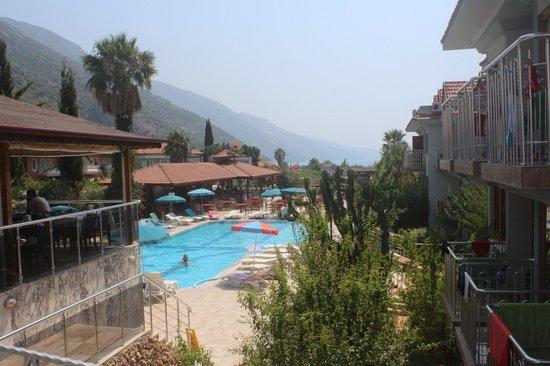 Dorian Hotel : Вид на бассейн с мостика между рестораном и корпусом