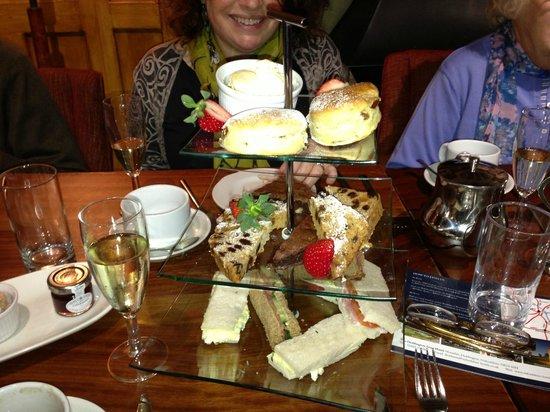 Deddington Arms Hotel: Afternoon Tea, looked nicer than it tasted.