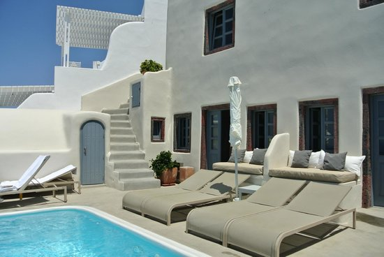 Espace piscine et porte de la suite 202 avec chaise longue - Chaises longues de piscine ...