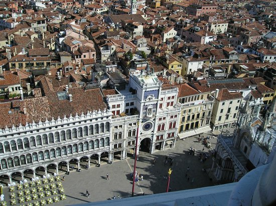 Hotel Concordia: Здание отеля крайнее справа от Часовой Башни (снято с Кампаниллы - 100 м.)