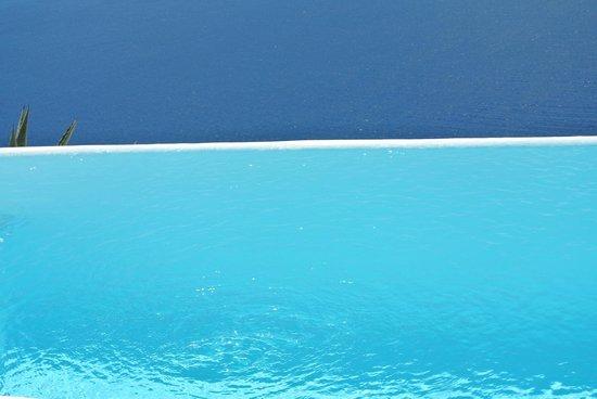 Kapari Natural Resort: piscine a debordement avec vue pleine mer