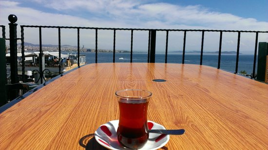 Antique Hostel - Guest House: Rooftop terrace with Turkish tea