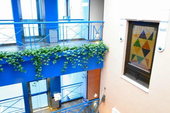 Suites Gran Via 44: vista da janela interna para o elevador