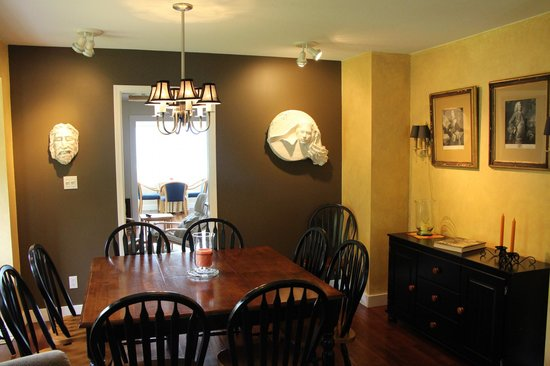 Selah Retreat B&B: Shared Dining Room