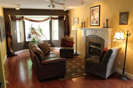 Selah Retreat B&B: Shared Living Room