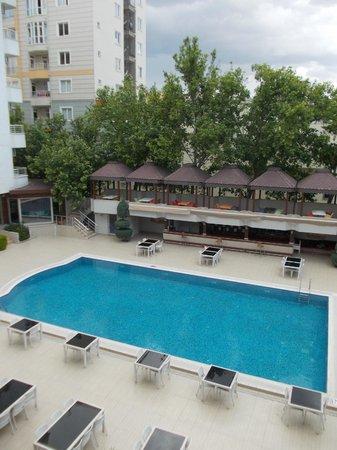 Bozdogan Otel : Swimming pool in the hotel yard