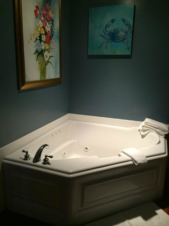 Kilmarnock Inn: Jacuzzi Tub in Red Fox Room