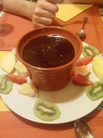 TOROS Y TAPAS : fonduta di cioccolato e frutta