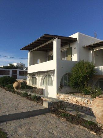 Irene's View Villas: Eine Villa mit ihrem Balkon und unten die Schlafzimmer