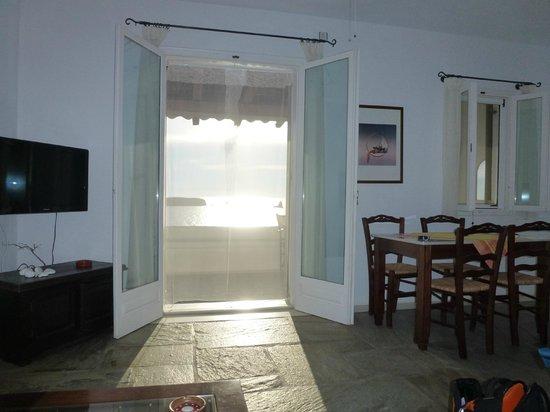"""Irene's View Villas: Von der """"Couch"""" aus ein kleiner Teil des Zimmers (Wohn-Ess-Küche)"""