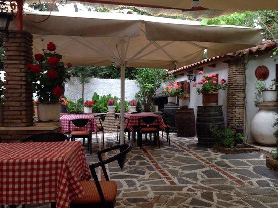 Taverna Ta Varelia: Garden
