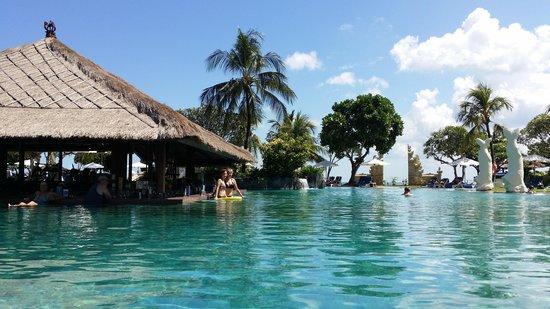 Discovery Kartika Plaza Hotel : Relaxing at the pool.