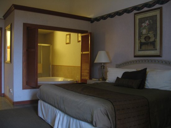Bodega Coast Inn & Suites: Doors from jacuzzi looking into room