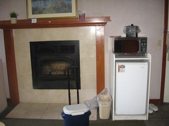Bodega Coast Inn & Suites: Fireplace, Refrigerator and Microwave