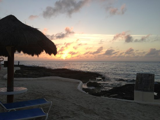 Presidente Inter-Continental Cozumel Resort & Spa : Beautiful sunset from the beach right outside our room