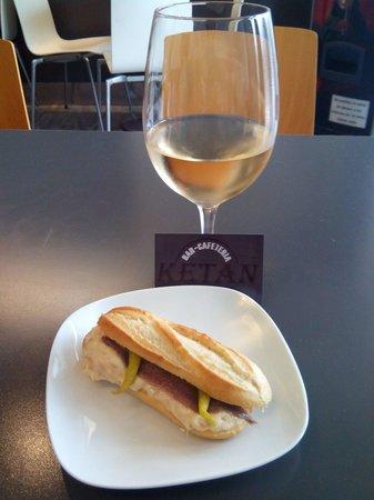 Café Ketan Bar : Atún anchoa y guindilla, jugoso y sabroso. Y chardonnay para acompañar.
