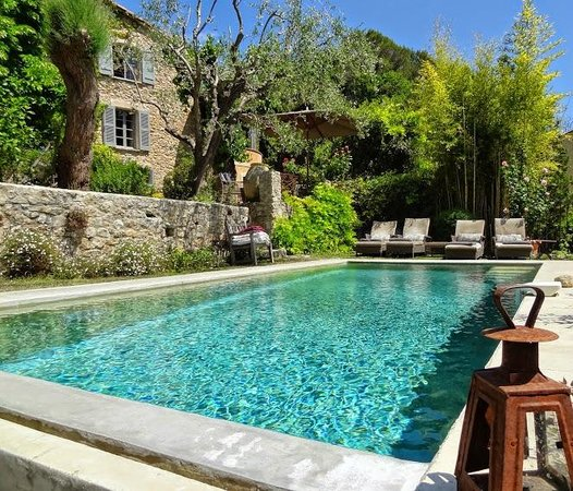 Les Rosees : Outdoor pool and house