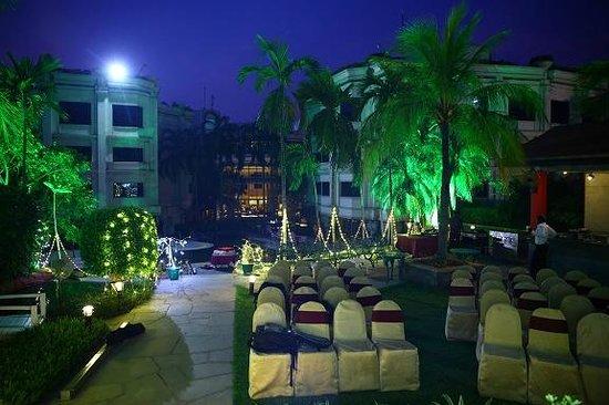 Le Royal Meridien Chennai: Pool side seating