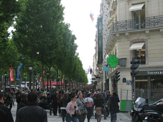 Paris Marriott Champs Elysees Hotel: View up the street from hotel entrance