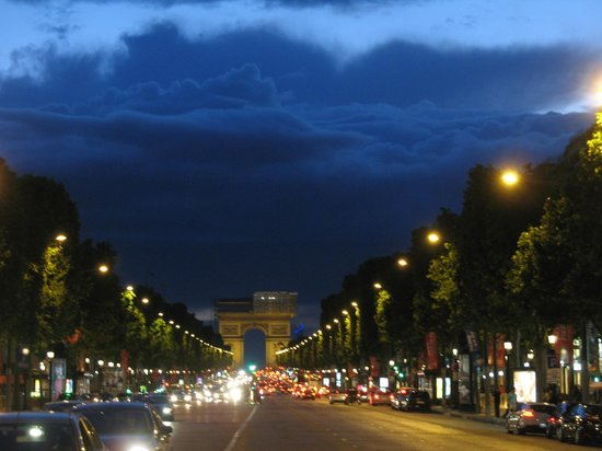Paris Marriott Champs Elysees Hotel: View of Arch just down the street from hotel