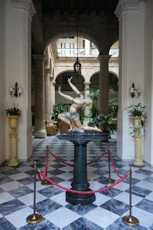 Hotel Florida: Statue in entrance