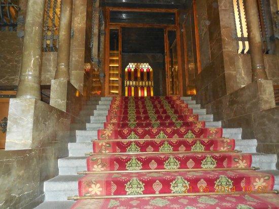 """Palais Güell : vestibule  et escalier  conduisant à l'étage """"noble"""""""