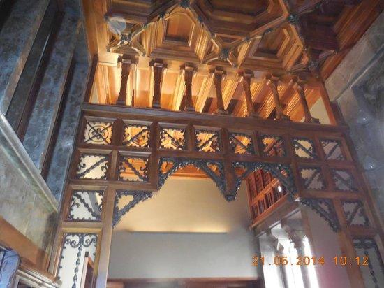 Palais Güell : arche en bois sculpté