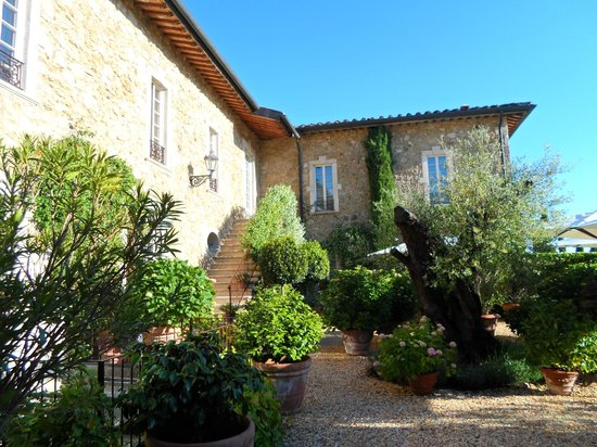 Borgo Santo Pietro: Entrance and additional access to some rooms