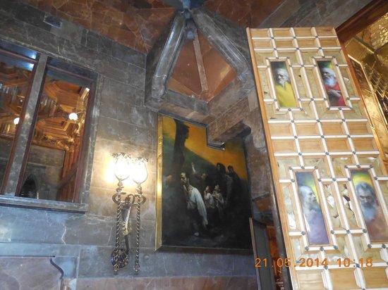 Palais Güell : niveau mezzanine  avec tableaux
