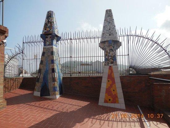 Palais Güell : cheminées recouvertes de trencadis(mosaïques)