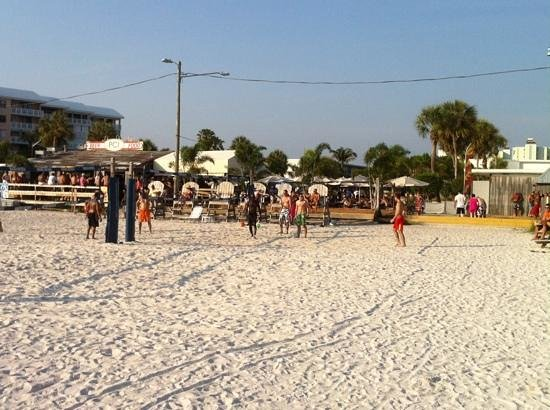 Postcard Inn on the Beach: Strandbar und Volleyballfelder am Hotel