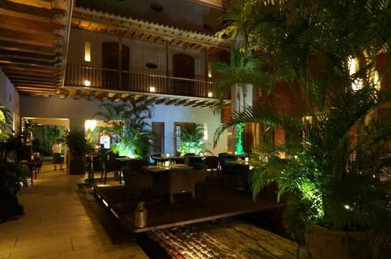 Anandá Hotel Boutique: courtyard restaurant