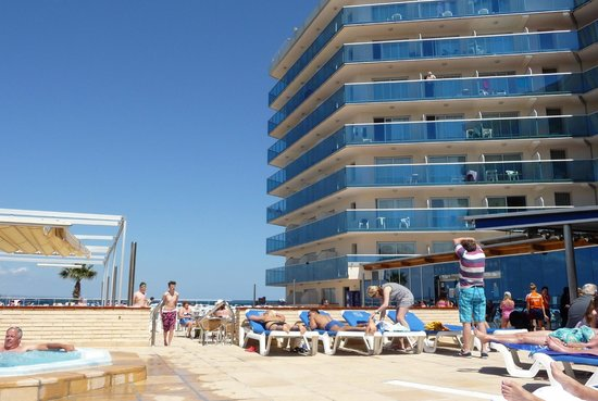 Golden Donaire Beach Hotel: Upper level poolside terrace, swimming pool located on lower terrace.