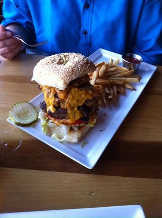 Postcard Inn on the Beach: Burger im Hotelrestaurant