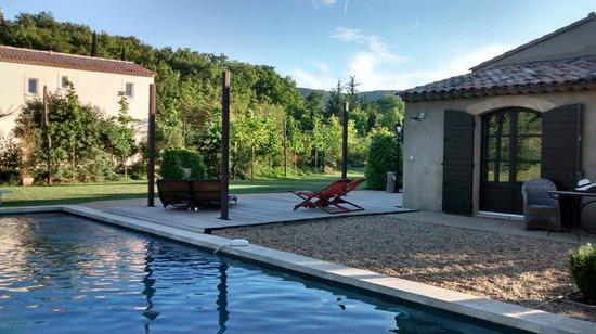 Une Sieste en Luberon : Área comum e piscina