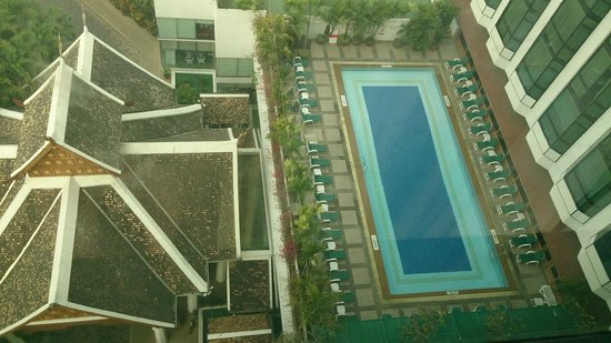 Empress Hotel: View from room/Pool
