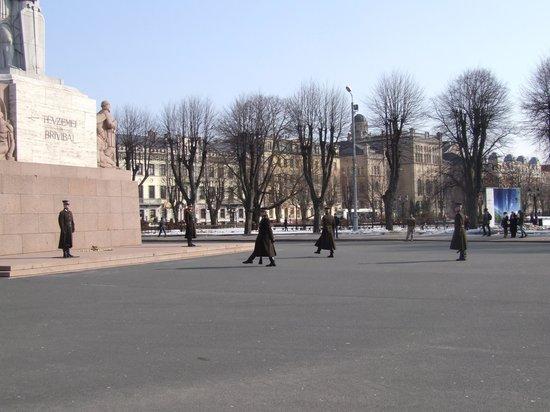 Freedom Monument (Brivibas Piemineklis): Развод караула.