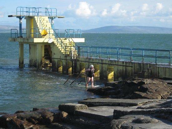 Sea-Breeze Lodge: Swimmers along near by beach