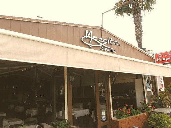 Mezgit Restaurant : Seen from the street - inside area