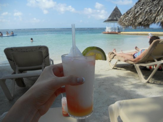 Sandals Royal Caribbean Resort and Private Island : Beach and Sky Juice