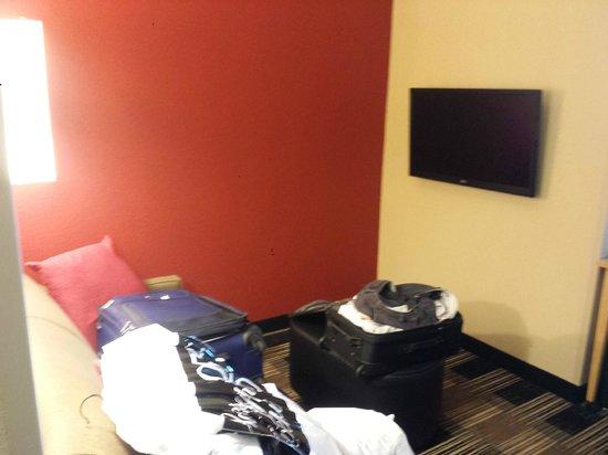 Cambria hotel & suites Miami Airport - Blue Lagoon: Sala de Tv do quarto